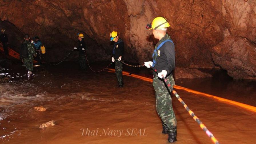 Извадиха още 4 деца от пещерата в Тайланд