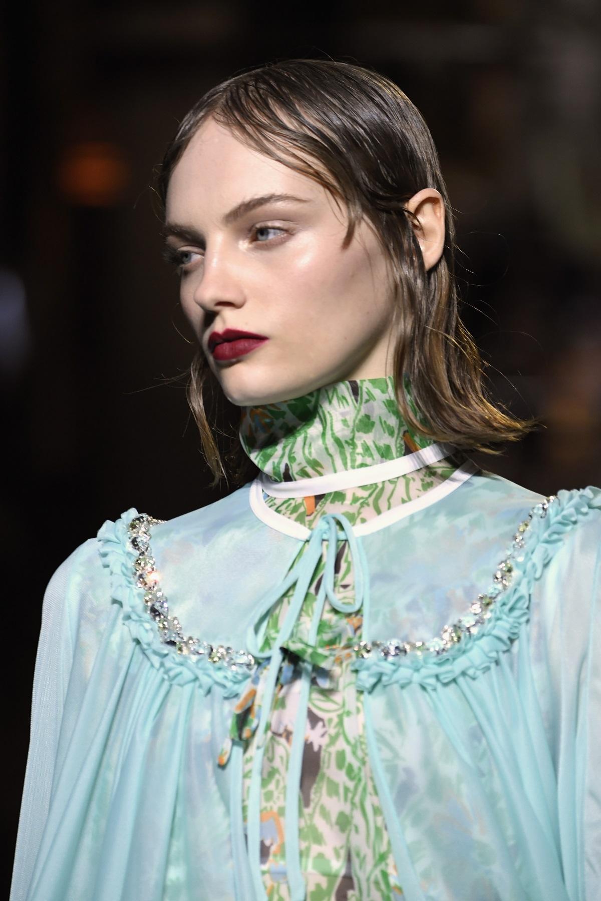 Фризьорите, погрижили се за прическите на моделите от ревюто на италианската марка Miu Miu, заложиха на мокрие ефект в косите. Актрисата Ума Търман също бе част от модното шоу.