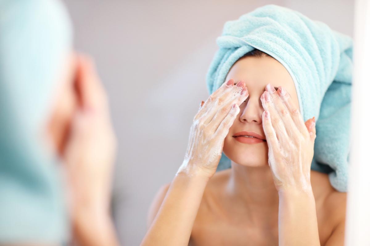 Разтъркването на очи. Кожата около очите е изключително деликатна и нежна. Ако я търкаме често, това буквално я наранява и разрушава колагена и еластина в нея. Колкото по-често го правим, толкова по-зле е това за кожата.