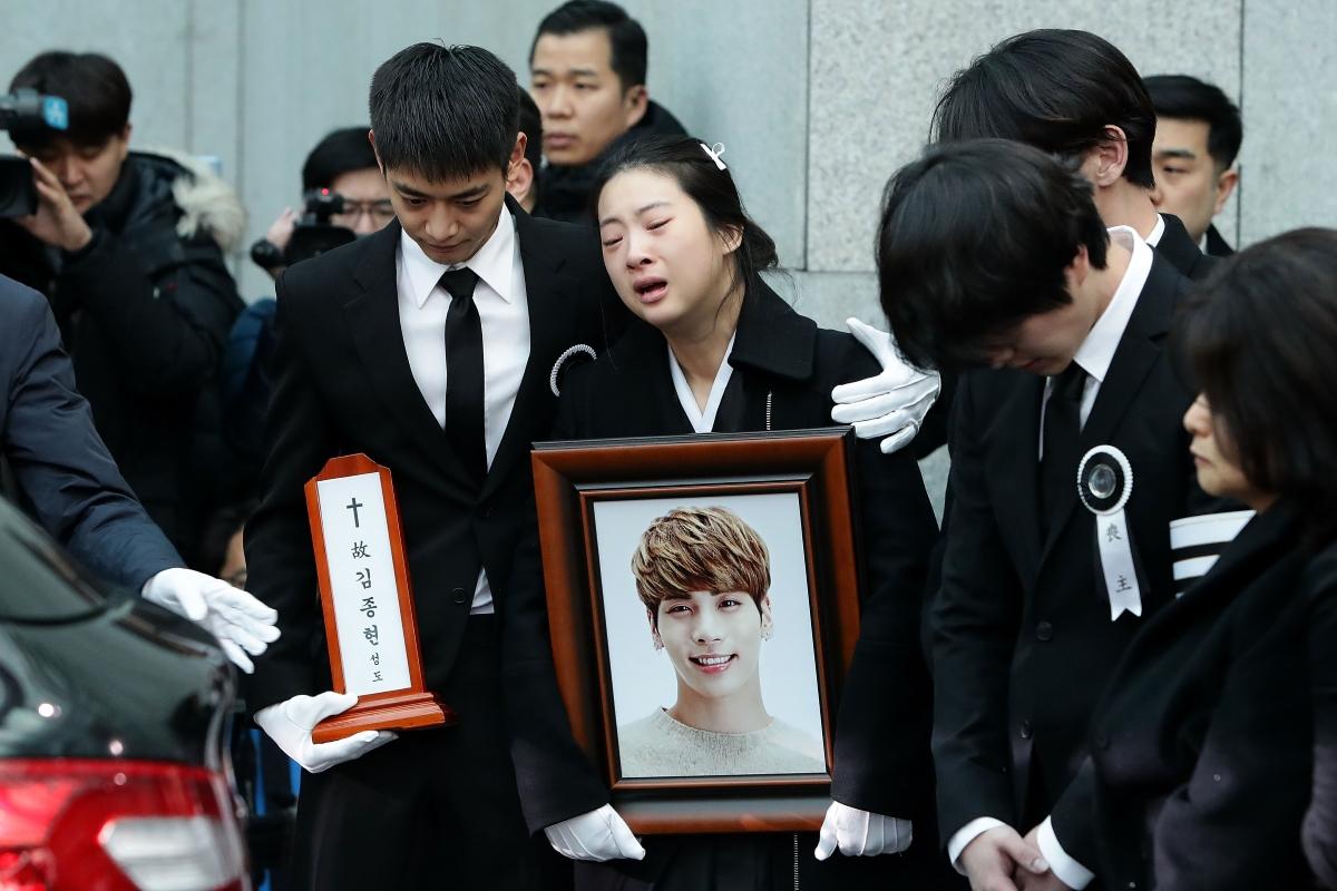 Декември, 2017. Погребението на вокалиста на група Shine, Ким Джонгхюн, който се самоубива заради свръхнапрежение.