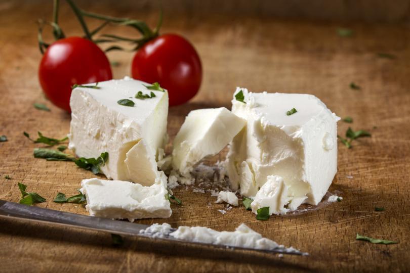 <p><strong>Цена</strong></p>  <p>Рядко ще срещнете какъвто и да е качествен хранителен продукт, който да е с прекалено ниска цена. Когато сиренето се произвежда при спазването на всички условия за производството му (достатъчно дълъг срок за узряване, използване на истинско мляко за направата му и т.н.), то няма как да струва под 9-10 лв. Обикновено е и около 12 лв. Сметката на какво се дължи цената му е лесна - за направата на 1 кг сирене се използват 5-7 л мляко.</p>