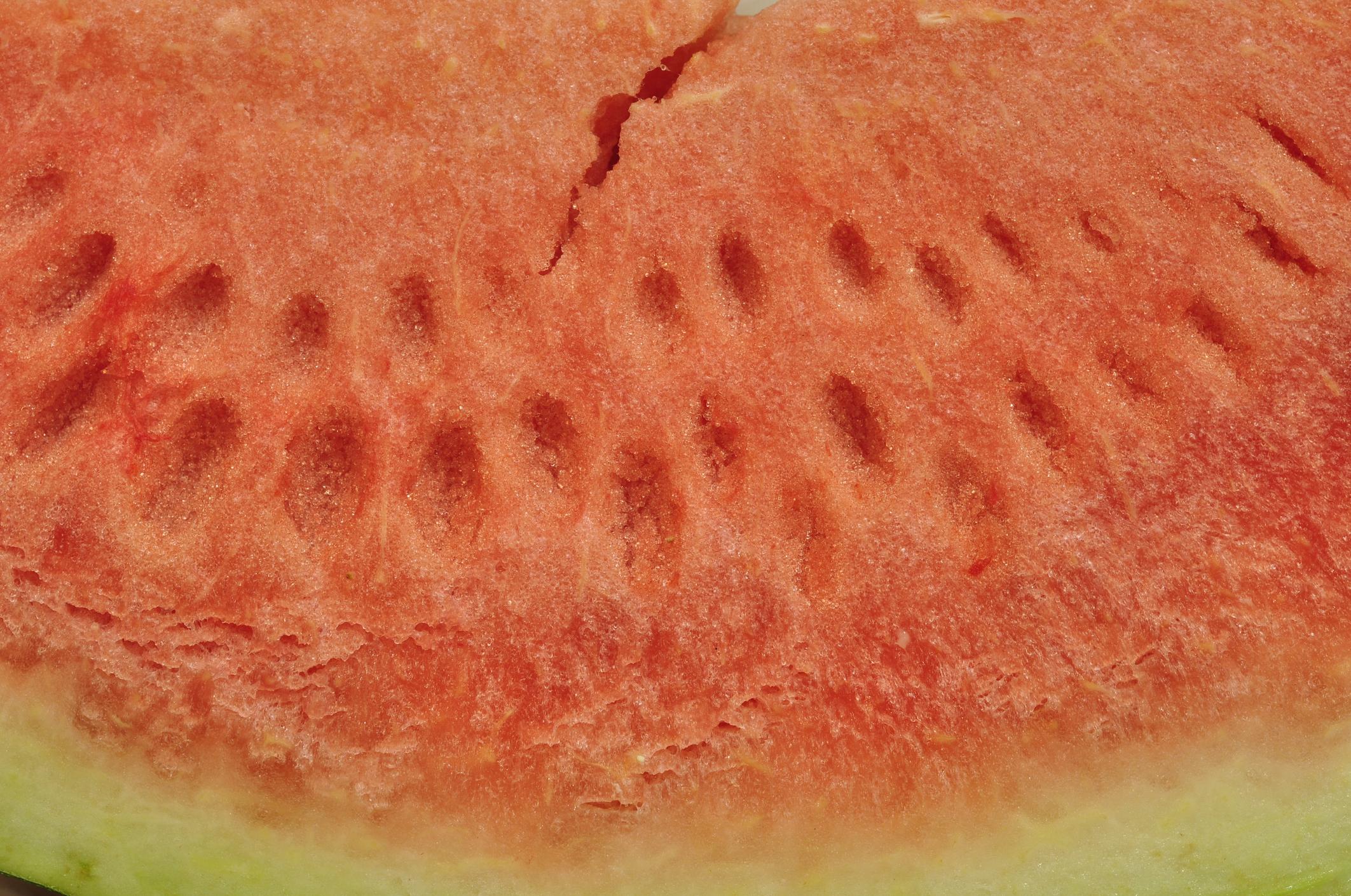 Ако разрежете диня и видите, че в нейната вътрешност има пукнатини, а структурата ѝ изглежда захарна – това не е резултат от презряване. Вероятно при отглеждането на плода е използван форхлорфенурон или друг регулатор на растежа.