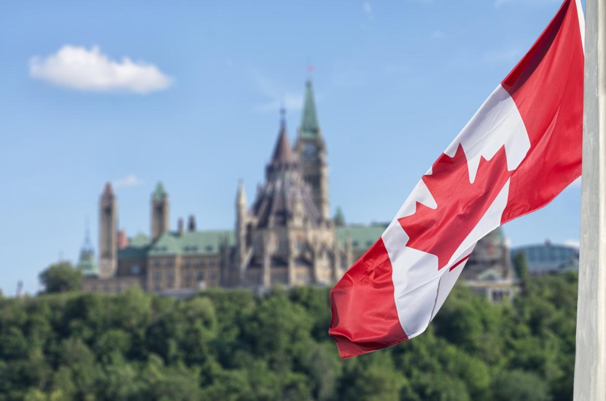 """Канада означава село, селище или като цяло място, на което има хора. Името идва от думата на индианците от района на днешен Квебек за село """"Kanata"""". Думата станала толкова популярна сред колонизаторите, че днес страната се нарича Канада."""