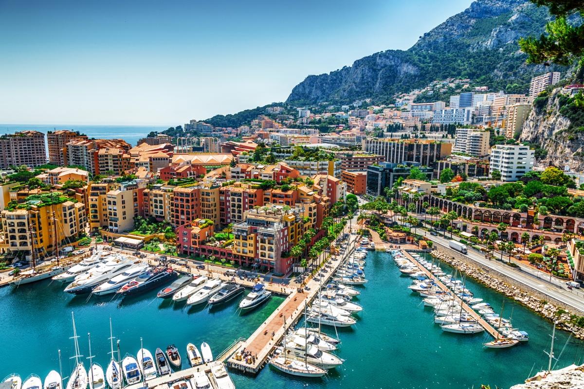 """Монако означава """"Самотен дом"""". Идва от първите гръцки заселници там: """"monos""""(самота) и """"oikos""""(дом)."""