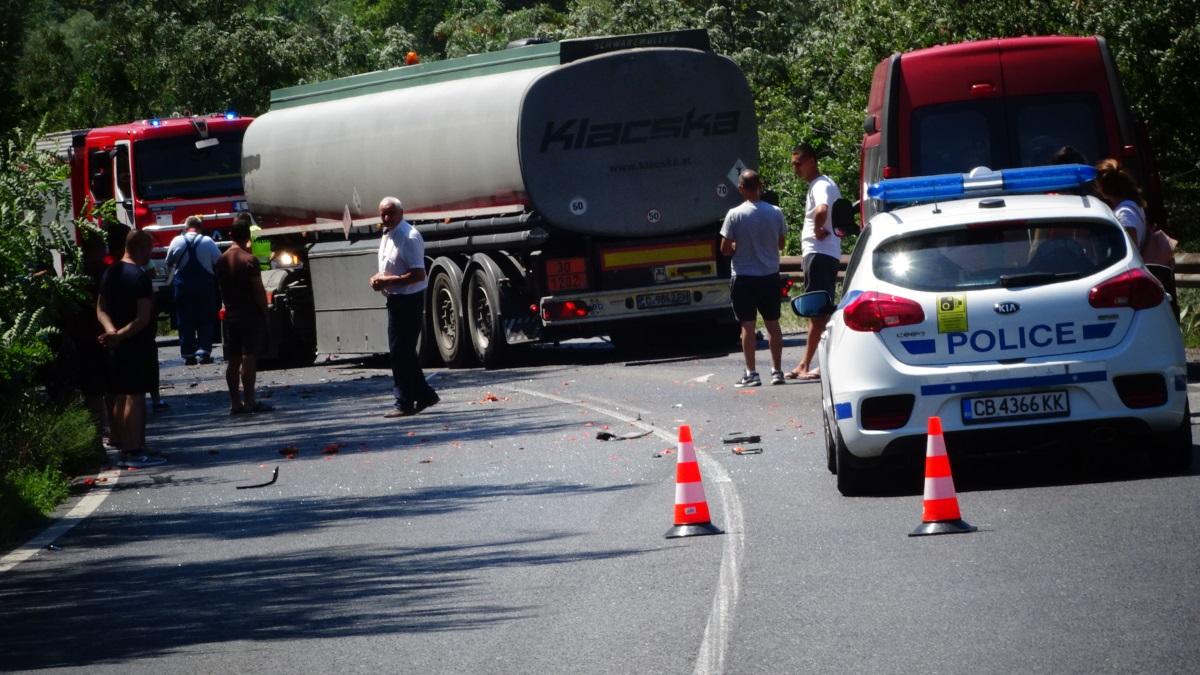 """Водач на лек автомобил """"Фолксваген"""" загина след като се блъсна челно в цистерна на Е-79 в Кресненското дефиле. Пътният инцидент стана в 11 ч. днес на 2 км преди Кресна."""