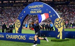 Французите показват трофея пред милиони в Париж