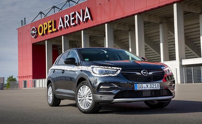 Opel Arena в Майнц е с капацитет 34 000 места, но се допускат само 27 000.