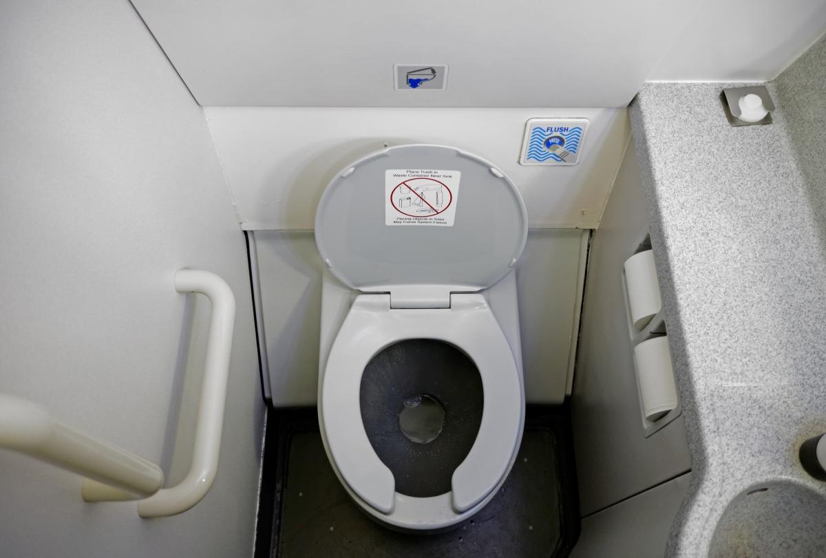 Едва ли ще ви изненадаме, че тоалетната е най-мръсното място в самолета.
