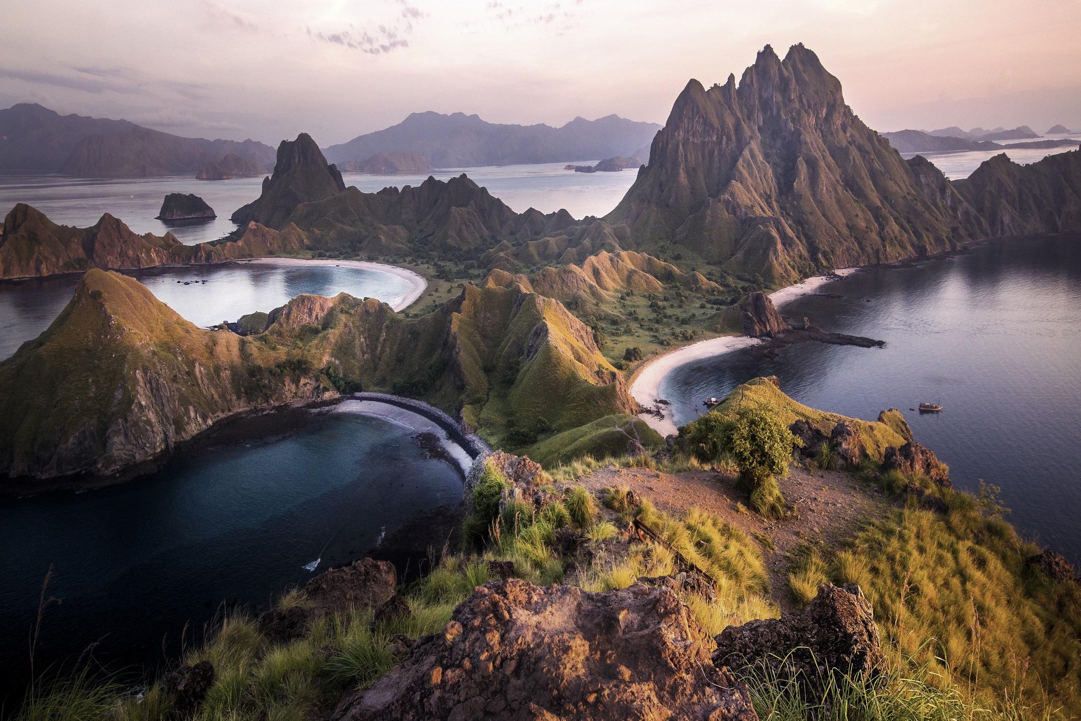 Национален парк Комодски, Индонезия<br /> <br /> Домът на завладяващия и страшен комодски варан, Националният парк Комодски е нирвана за любителите на природата. Освен, че ще видят прочутото животно посетителите могат да се разходят до местата, които разкриват изумителни гледки към островите Падар и Канава, а могат и да се гмуркат и да видят невероятно красивите рифове, пълни с богато биоразнообразие.