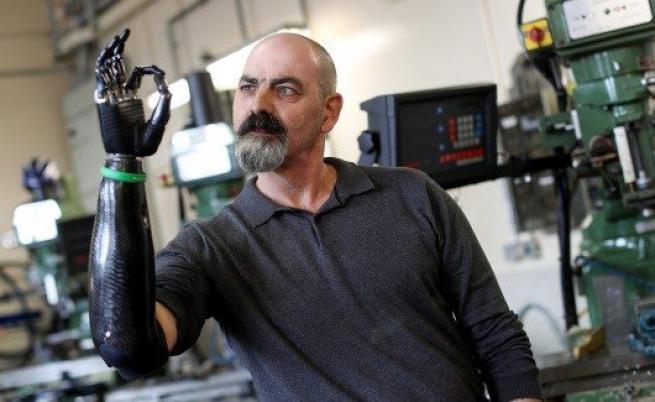 Бъдещето е тук: Как мъж живее с роботизирана ръка (ВИДЕО)