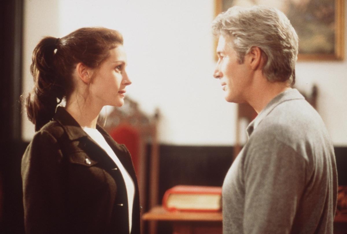 """Ричърд Гиър и Джулия Робъртс са екранна двойка, която развълнува милиони зрители през 90 години. В секс сцената им в 'Хубава жена"""", Джулия имала подобен тип сцена за първи път. Когато чуе, че камерата работи, тя е трябвало да предаде емоцията на героинята си. Какво й е помогнало? Тя е била изключително изнервена, но екипът на снимачната площадка, който се е отнасял с нея изключително разбиращо й приятелски и е помогнал да преодолее стреса."""