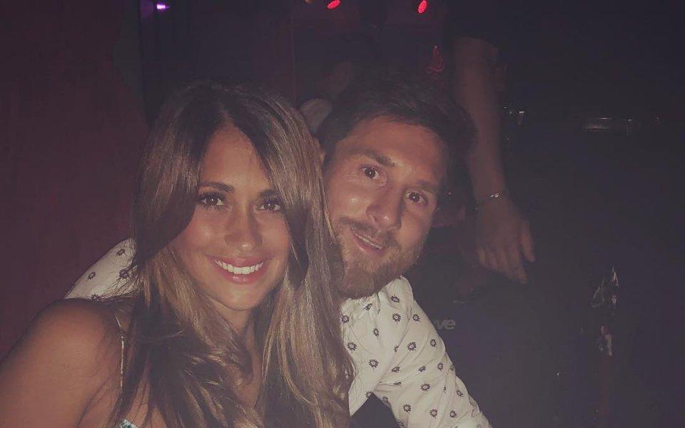 Меси на парти с жената на Фабрегас