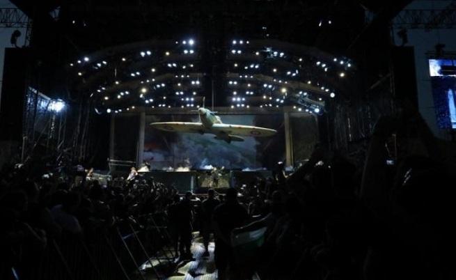 """Епичното шоу на Iron Maiden започна с прословутата реч """"We shall fight on the beaches"""" на Уинстън Чърчил, които влетяха на сцената със """"Спитфайър""""."""
