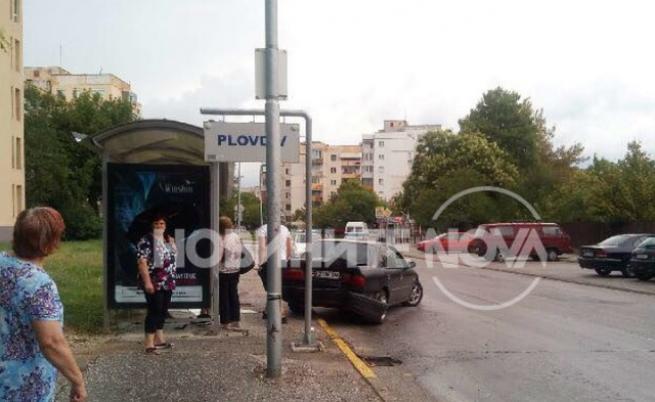 Кола се вряза в спирка в Пловдив, има пострадали