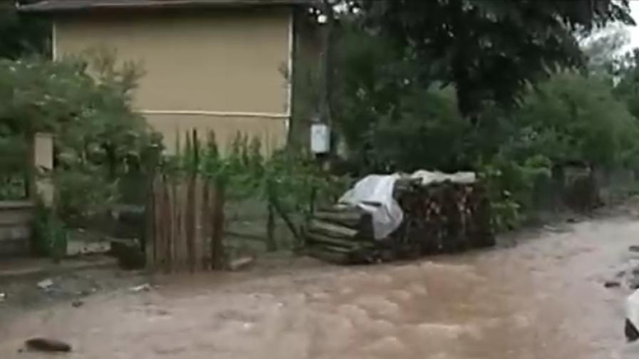Бедствие в Тетевен - 100 л на кв. м, продължава да вали