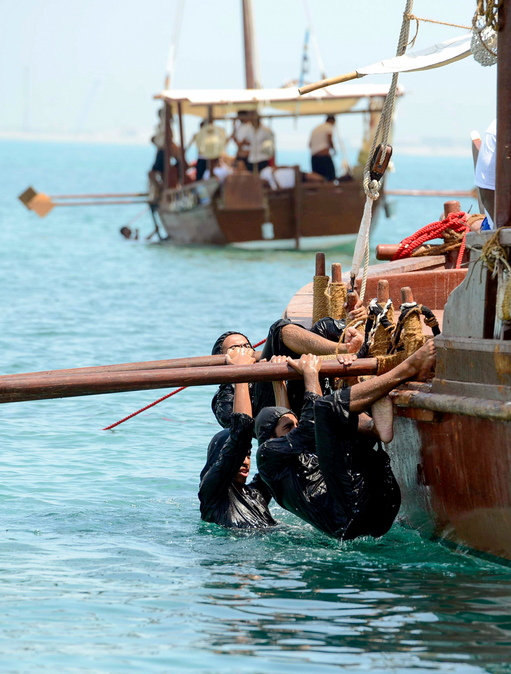Кувейтските гмуркачи плават с традиционни платноходки и използват същото оборудване като предците си, преди да се върнат обратно на брега, за да търсят перли в стридите, които събират и празнуват с фолк песни и танци.