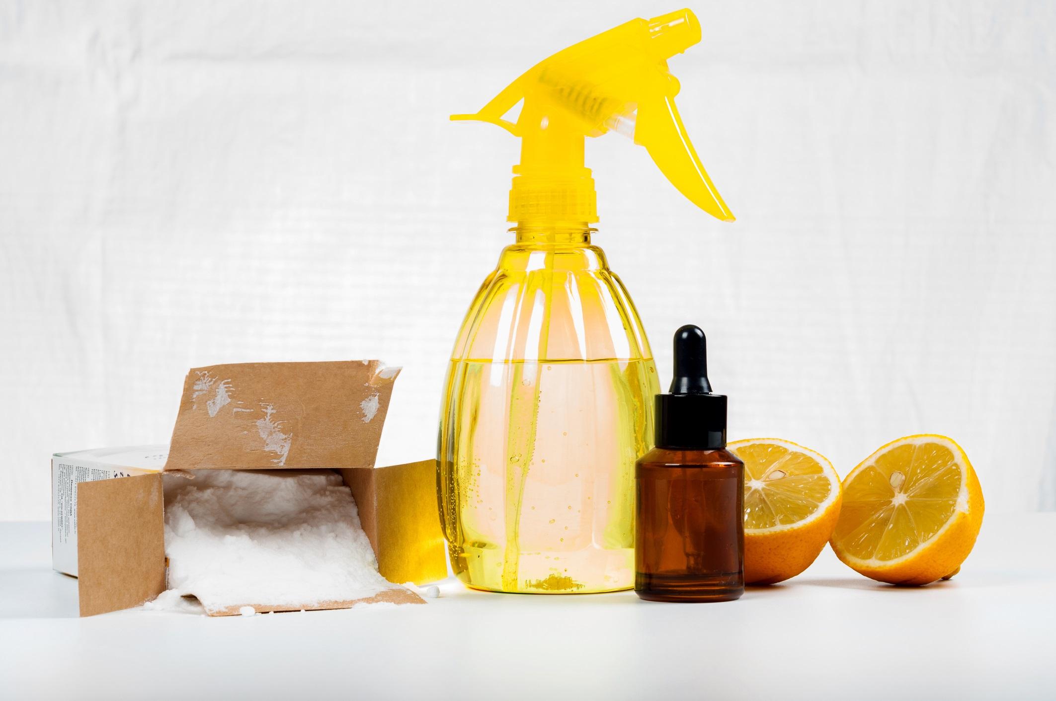 <p>Почистващи препарати<br /> <br /> Трябва да бъдете толкова внимателни при избора на почистващи препарати за дома, колкото сте и в избора на козметични продукти. Почистващите препарати и боите съдържат органични съединения, които могат да влошат симптомите на хората с респираторни проблеми. Използвайте екологично чисти продукти, чиито съставки са ясно изброени на опаковките им. Те най-често са прозрачни. Нямате нужда от продукти, оцветени в ярко розово например, за да знаете, че препаратът работи.</p>