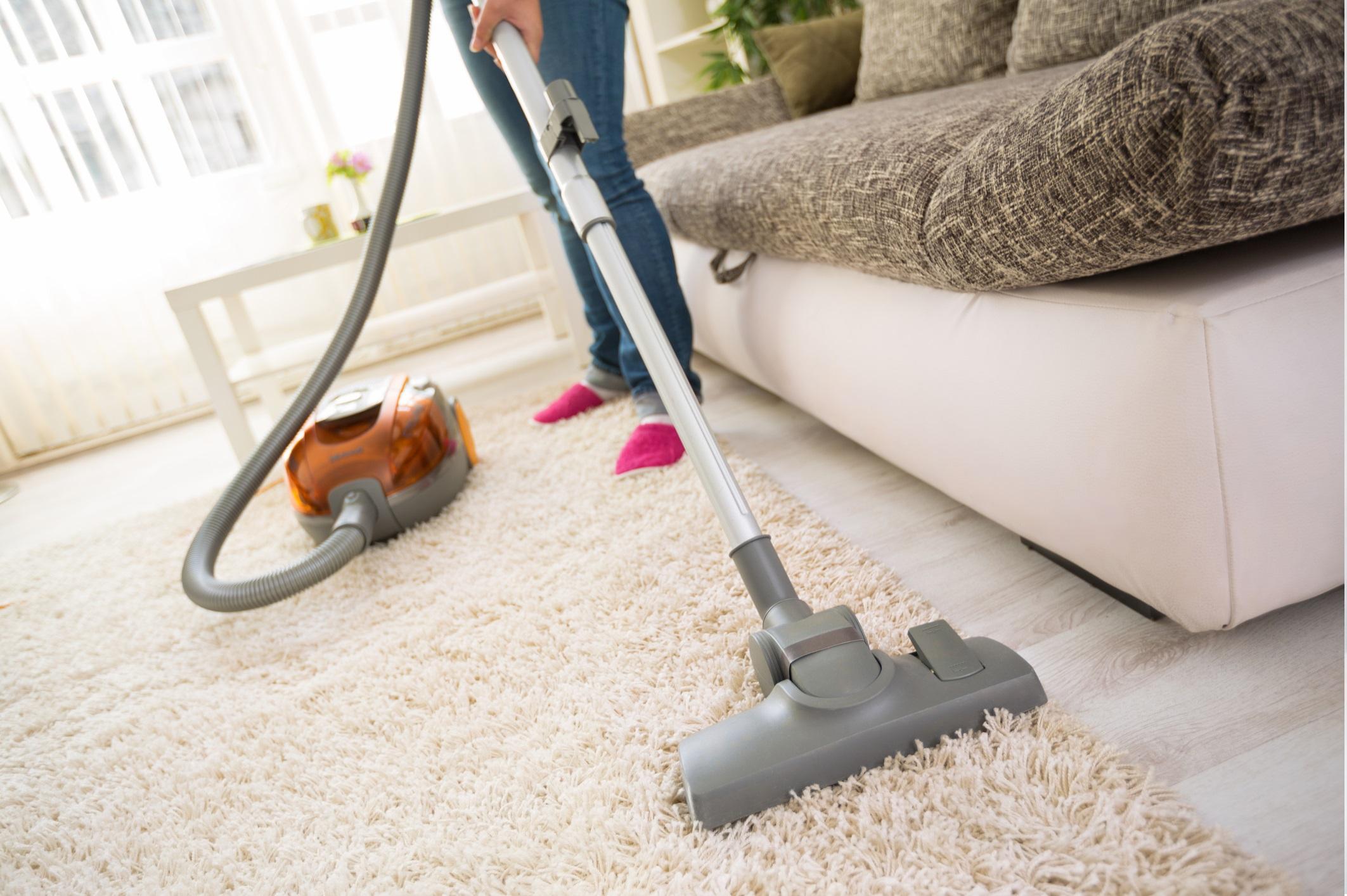 <p>Инвестирайте в прахосмукачката<br /> <br /> Алергените могат да се натрупват в домашния прах, така че е добра идея да инвестирате в мощна прахосмукачка, която може да помогне да се сведе до минимум количеството химикали и замърсители, открити в нашите домове, но също така може да намали и полените, космите от домашните любимци и праха. Не забравяйте да почиствате освен пода и стените, ръбовете на килимите и мебелите.</p>