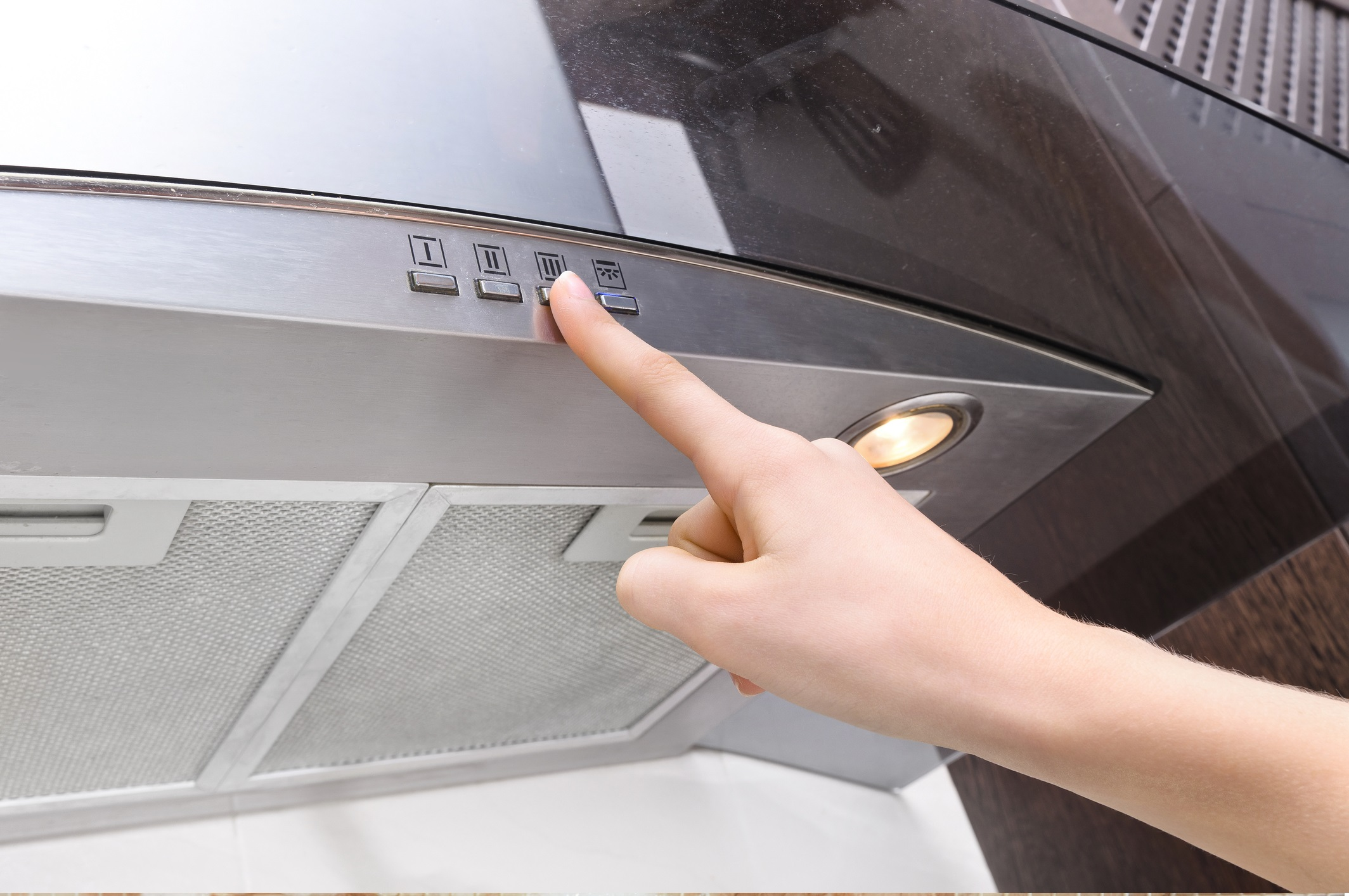 <p>Почиствайте въздуха, докато вършите обикновени неща<br /> <br /> Използвайте вентилатор за банята и абсорбатор в кухнята &ndash; те също помагат за почистването на въздуха.</p>