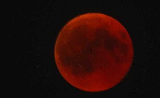 Вижте невероятни кадри от най-дългото лунно затъмнение за 21-ви век