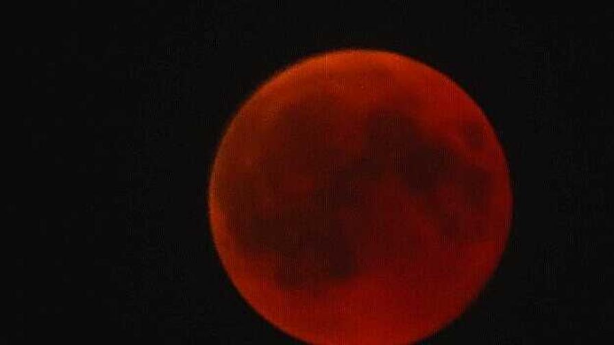 <p>Вижте най-дългото лунно затъмнение за 21-ви век</p>