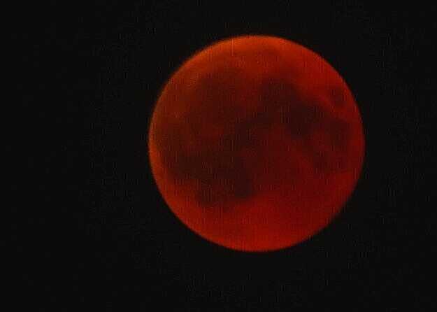 Луната попадна в сянката на Земята точно за 1 час 42 минути и 59 секунди.