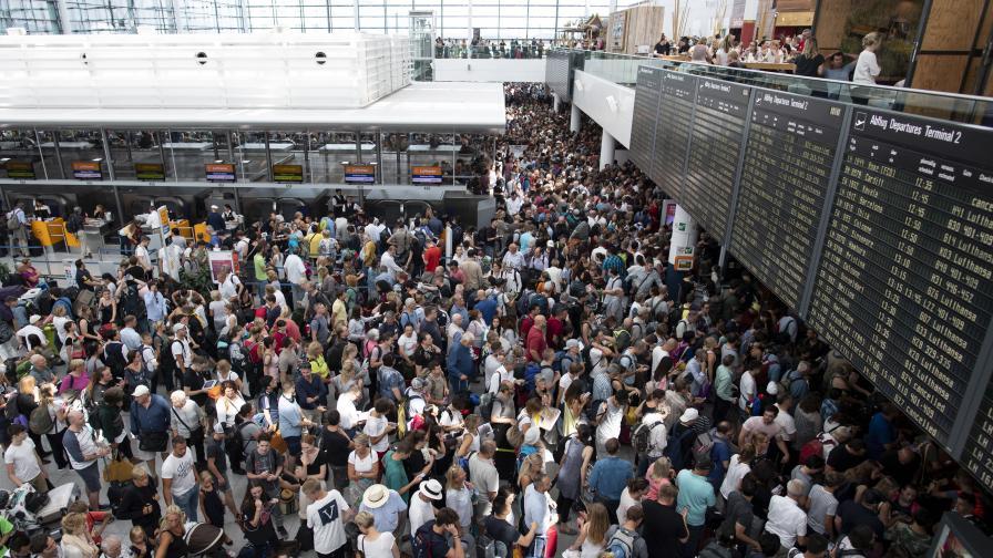 Отменени полети във Великобритания–българи чакат с часове по летищата