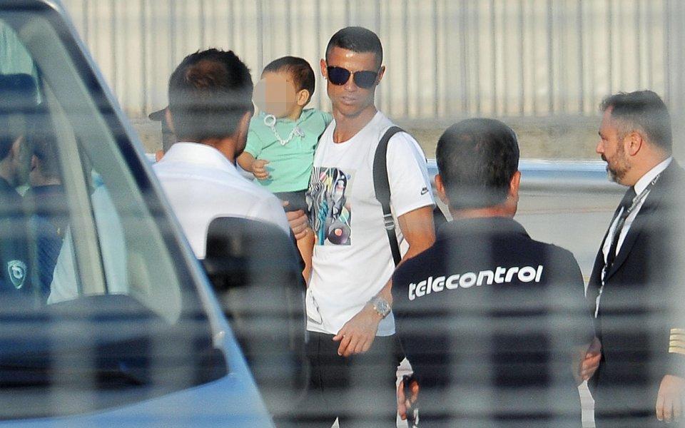 6 джипа чакаха Роналдо в Торино, в понеделник започва тренировки