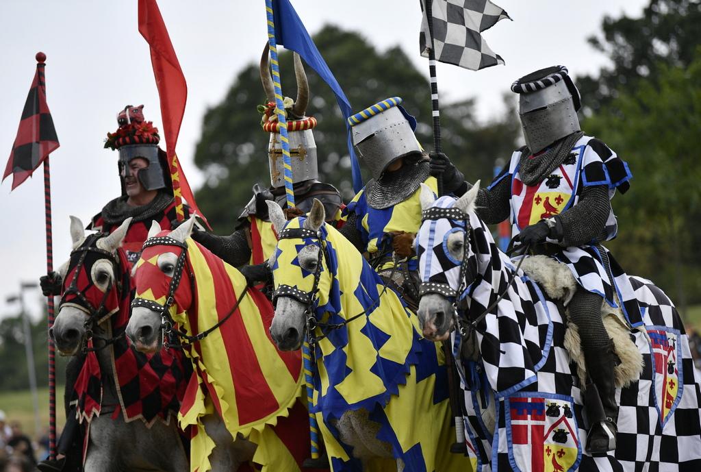 """Рицарските турнири се провеждат в Обединеното кралство и извън него от компанията """"Рицарите на Кралска Англия"""", на Джеръми Ричардсън, бивш каскадьор. """"Винаги съм бил около коне като тийнейджър и с удоволствие се захванах с организирането на рицарски турнири."""