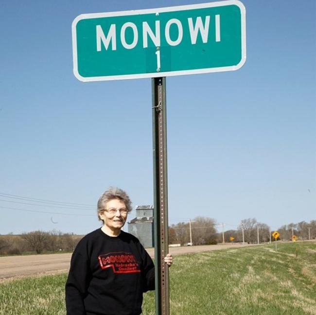 Моноуай, Небраска - население 1 човек.На територията на малкото градче може да намерите таверна, библиотека и да се запознаете едновременно със собственика на всички тези сгради.