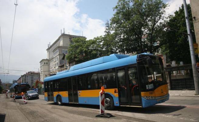 Тролей и лек автомобил катастрофираха в София