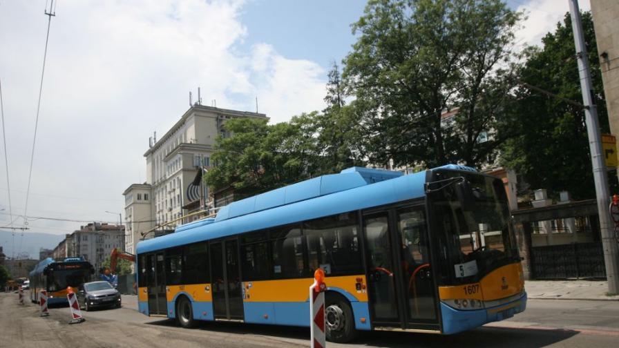 Тролей и лека кола катастрофираха в София