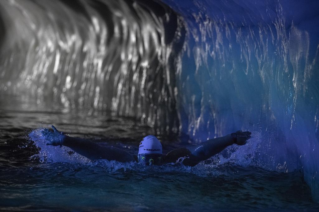 Плуване в пещерата на ледника Хинтертукс, с височина от 3,250 метра над морското равнище, на около 480 километра западно от Виена, Австрия.