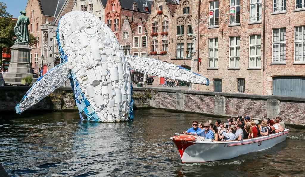 12-метрова инсталация, изобразяваща кит, състоящ се от пет тона пластмасови отпадъци, извадени от Тихия океан е изложена в Брюж, Белгия. Тя се състои от 5 тона пластмаса и подчертава опасността от пластмасови отпадъци, замърсяващи околната среда, морета и океани.