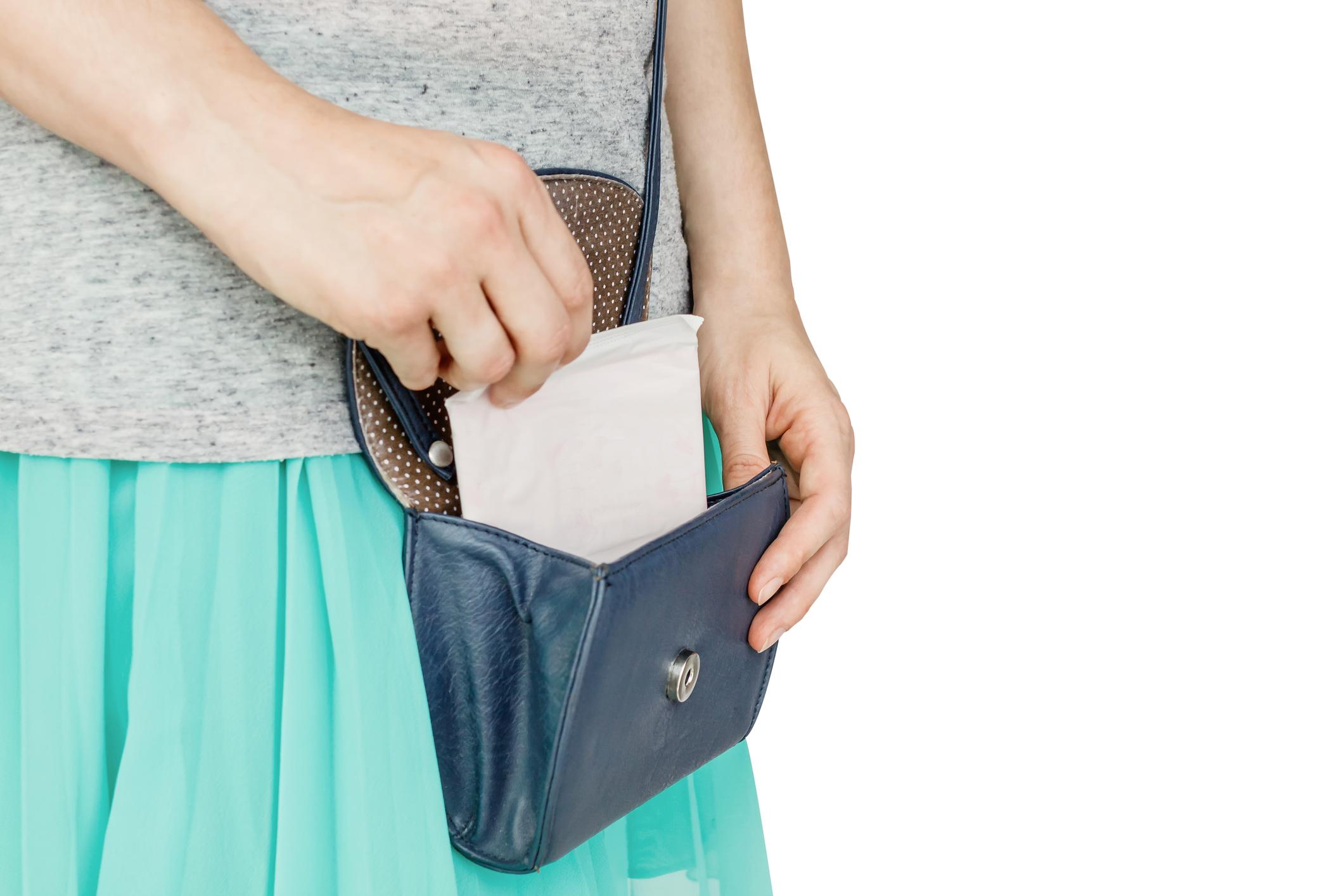 Опаковка от дамска превръзка чудесно крие плик с пари.