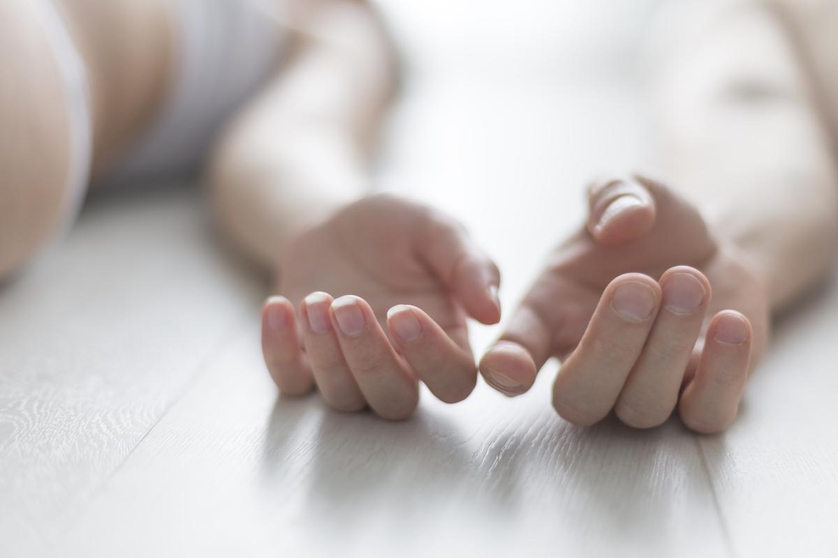 """Ръце<br /> Чувствителни заради огромния брой нервни окончания, пръстите са част от тялото, която не бива да забравяме при любовната игра. Секс консултантът Кен Блекман препоръчва следното """"упражнение"""": погледнете партньора в очите, вземете ръката му и прокарайте всеки от пръстите по езика си. Може да използвате устни, но не и зъби."""
