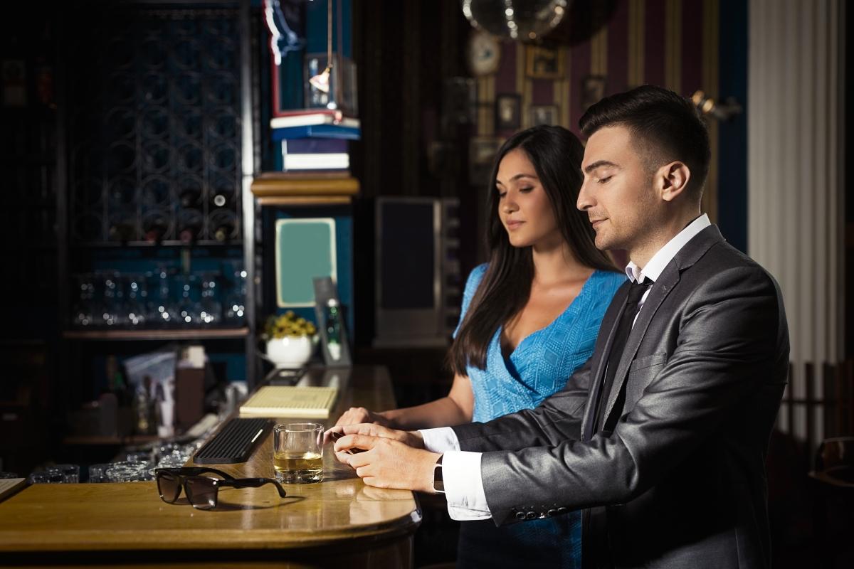 Джейсън Тейлър казва, че мъжете, които поръчват скъпи питиета, само за да покажат, че разполагат с пари, действат отблъскващо на жените.