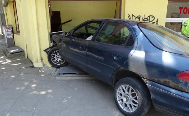 Шофьор се вряза в сграда за закуски в Благоевград и избяга