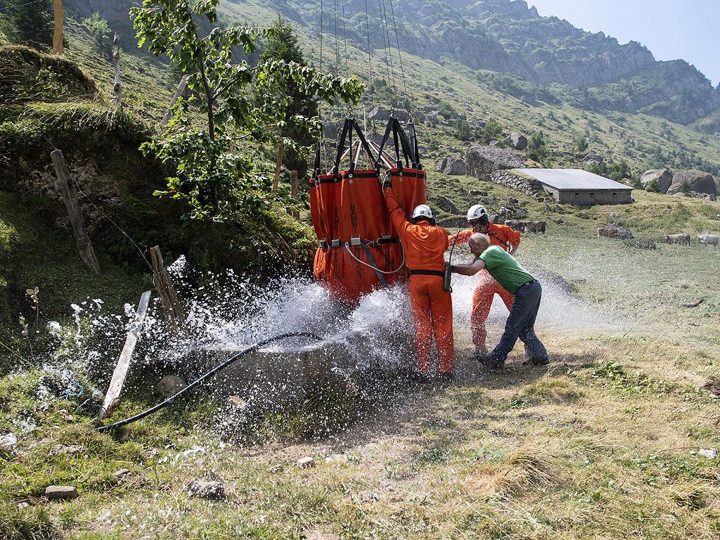 Военни хеликоптери доставиха вода на крави в Алпите. Оказва се, че запасите в планината чувствително са намалели заради топлото време и няма как животните, символ на алпийската държава, да си набавят вода.