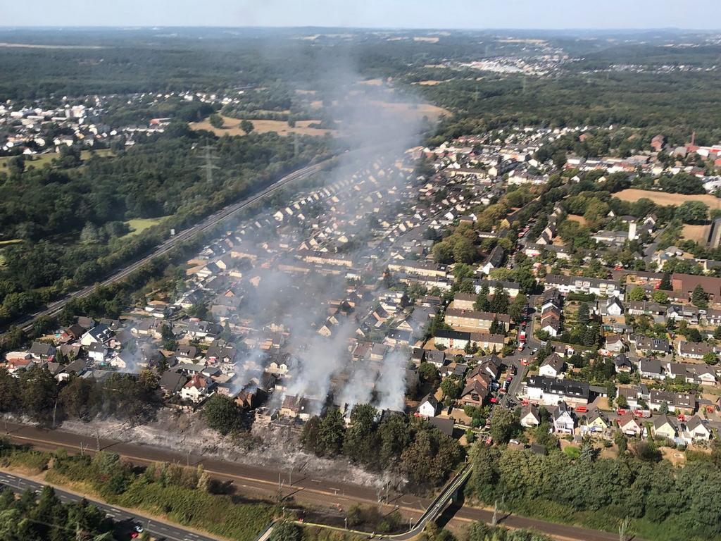 Пожарът е започнал в тревна местност близо до ключов железопътен маршрут и бързо се е разпространил до близките къщи, като е спрял железопътния трафик за часове.