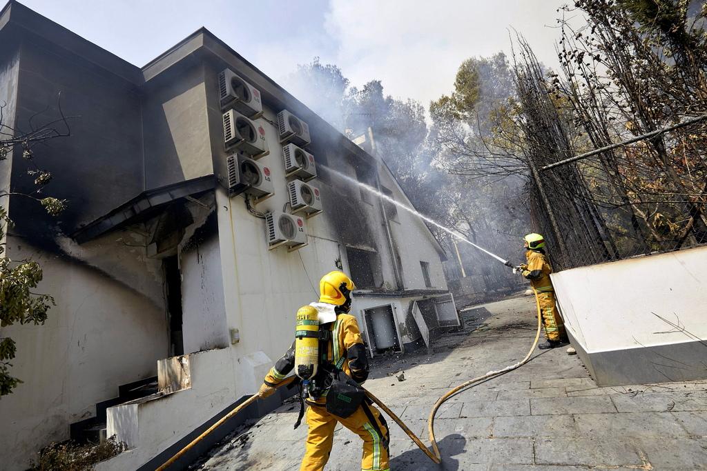 """""""Работим заедно с френски пожарникари при пожар в Ла Джонкуера"""", съобщиха те в Туитър. Пожарникарите в Каталуния заявиха, че са получили помощ от самолети и хеликоптери."""