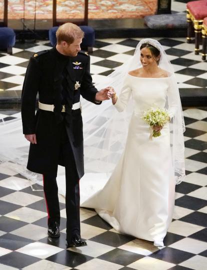<p>Сватбените облекла на дамите, които предстои да станат част от кралското семейство, се одобряват от кралицата. През тази процедура минават роклите на Даяна, Кейт Мидълтън и Меган Маркъл.</p>