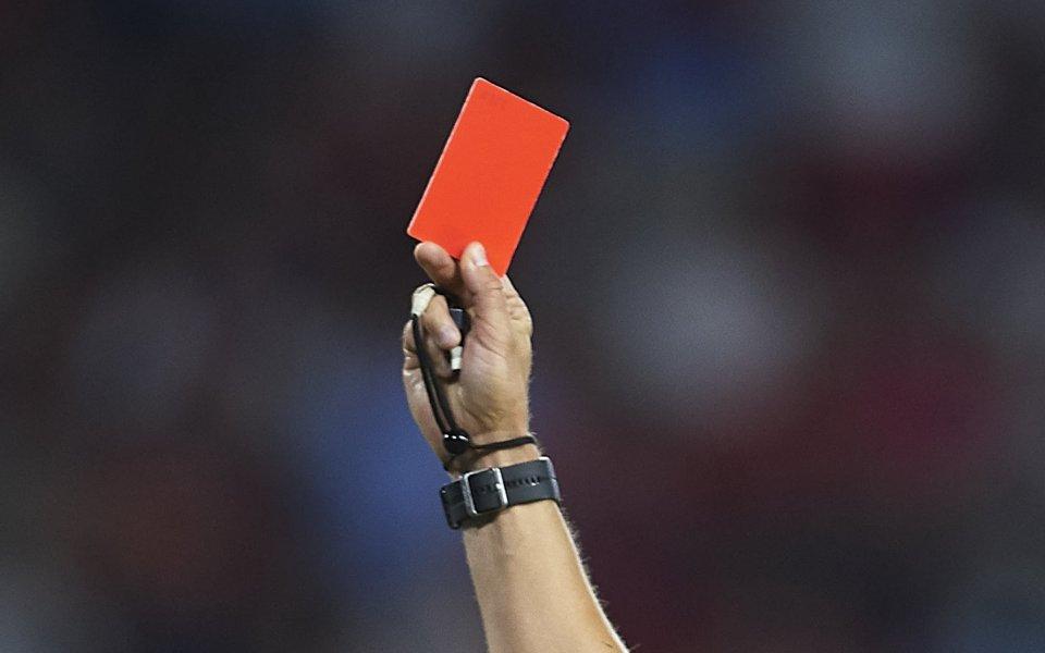 Хвърлена бутилка разби главата на съдия в мач от Лига Европа (снимки)