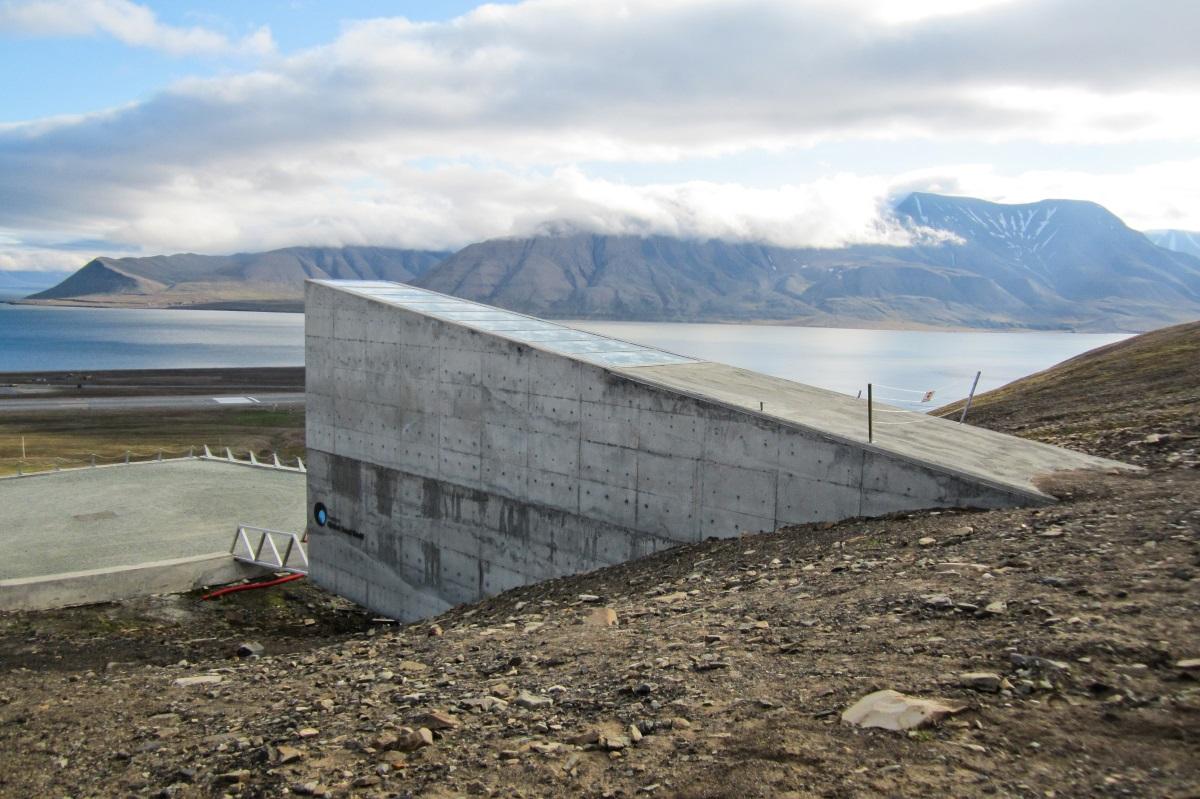 <p>&nbsp;</p>  <p><br /> В Международното семехранилище в Свалбард, Норвегия, се съхраняват образци от семена на основните селскостопански култури. За да бъдат запазени семената от зарази, посетители не се допускат.</p>  <p>&nbsp;</p>