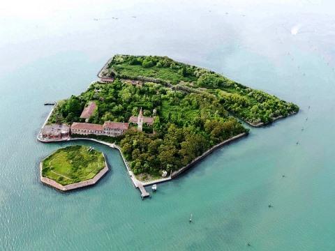 <p>Макар да е близо до Венеция, никой не се отбива на остров Poveglia, известен като едно от най-тайнствените и страховити места в света. Всичко започнало по време на Римската империя, когато на острова били изпращани болни от чума. По-късно, през средновековието, когато чумата се завърнала, островът отново се превърнал в дом на хиляди смъртоносни болни хора. Днес местните казват, че половината от пръстта на острова е човешка пепел.</p>