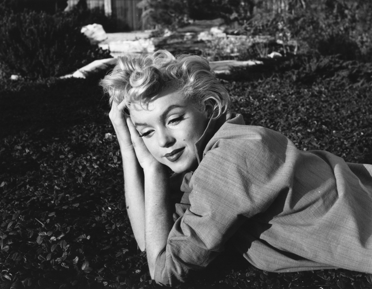 """Мерилин Монро е намерена мъртва в хотелска стая по време на снимките на """"Something's Got to Give""""."""