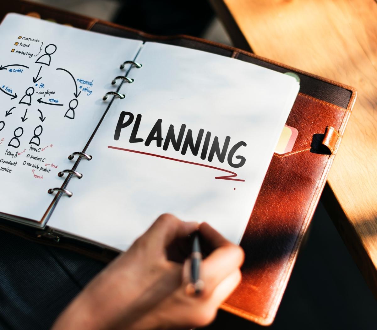 Тя прави планове, в които не ви включва.