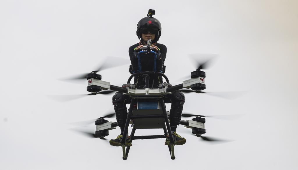 Вдъхновен от карикатура, Джао Дели продава апартамента си, следвайки мечтата си да построи летящ скутер. До следващата година той се надява да завърши проекта и да го изпрати за масово производство.