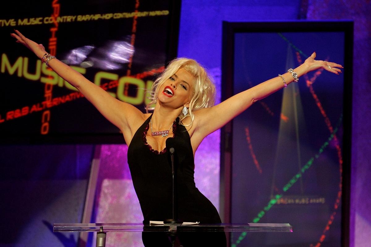 Ан Никол Смит беше открита мъртва в стая на Hard Rock Hotel. Моделът почина след свръхдоза наркотици.