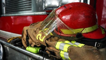 Пожарна се обърна в дере, огнеборец загина